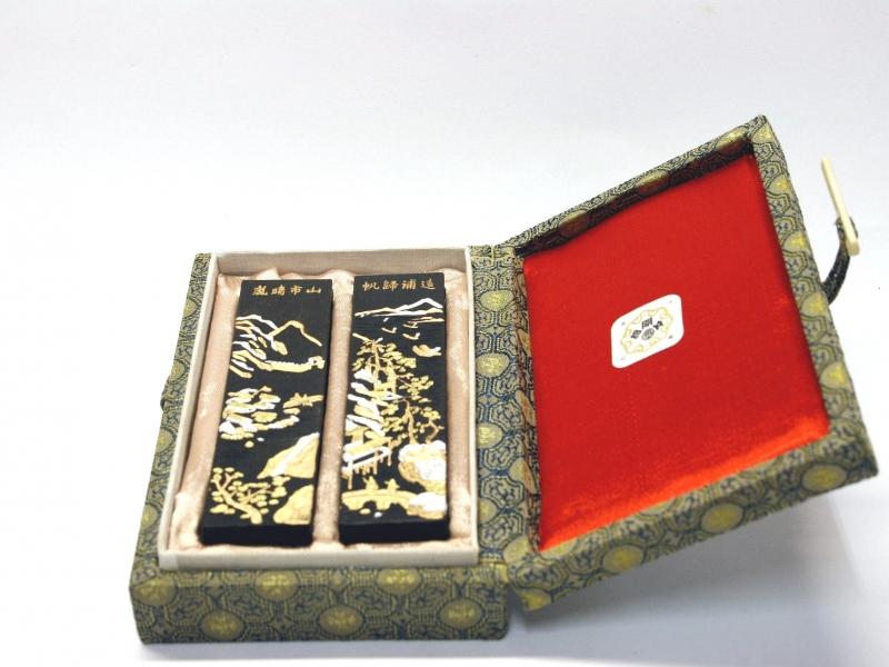 """山水紋(嵐晴市山o帆歸浦遠) 上海墨廠胡文開 盒裝對墨 """"Landscape Pattern"""" Shanghai Huwenkai Black Ink Stick Set"""