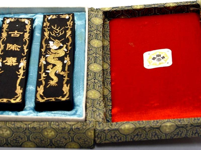 古隃麇 龍紋墨條上海墨廠胡文開盒裝對墨 Dragon Pattern Shanghai Factory Huwenkai Black Ink Stick Set